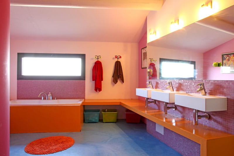 la salle de bains des enfants une maison en pierres revisit e journal des femmes. Black Bedroom Furniture Sets. Home Design Ideas