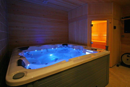 jacuzzi et luminoth rapie piscine int rieure et spa rencontre de la d co et du bien tre. Black Bedroom Furniture Sets. Home Design Ideas