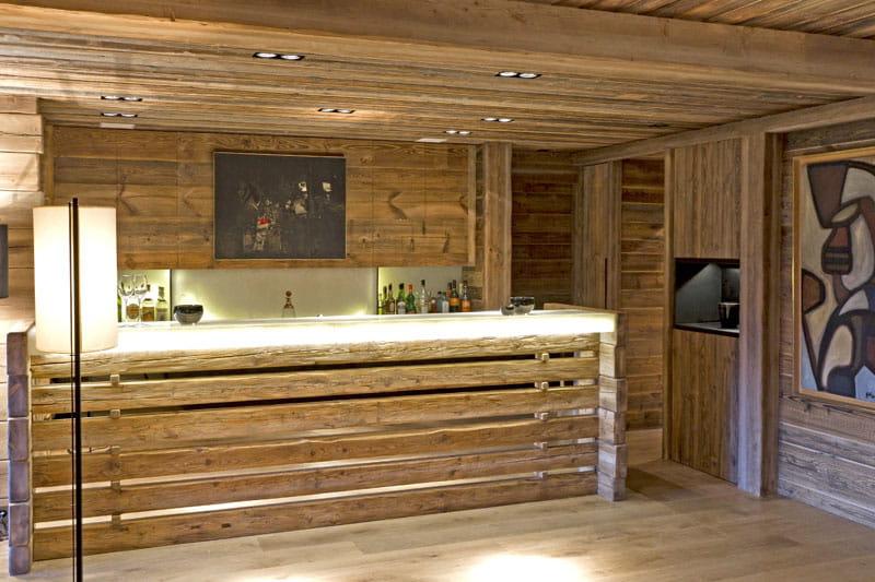 Bar En Bois Pas Cher : ce bar associe aux planches de bois brut un eclairage en neon ultra
