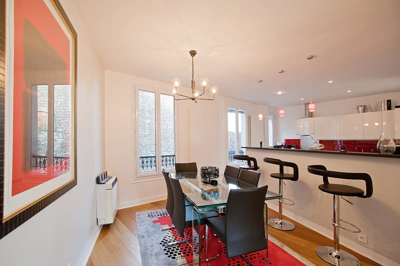 Une salle manger moderne une maison upside down montmartre - Salle manger moderne ...