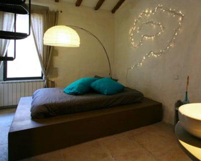 une estrade tout pour mettre en valeur son lit journal des femmes. Black Bedroom Furniture Sets. Home Design Ideas
