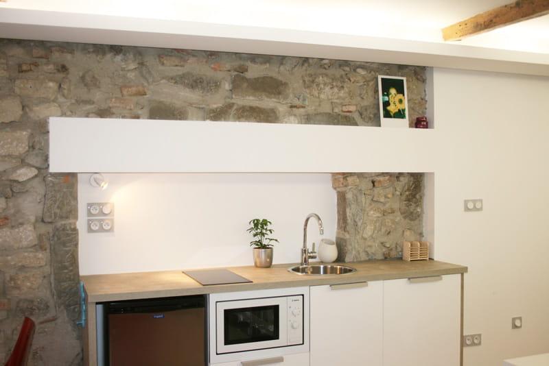 Une petite cuisine moderne et efficace un studio moderne et cr atif annecy journal des femmes for Petites cuisine moderne