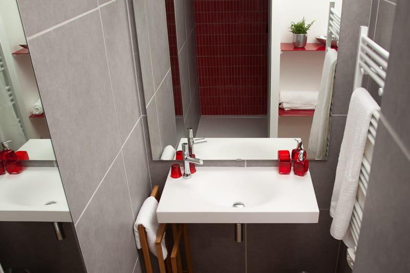 Une salle de bain en rouge et gris un studio moderne et cr atif annecy - Salle de bains rouge ...