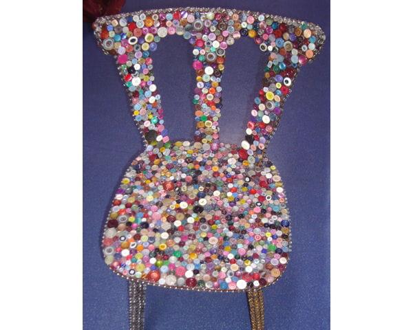 Avec des boutons des chaises et fauteuils relook s de fa on originale jou - Deco avec des boutons ...