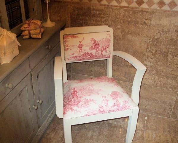 sc nes bucoliques avec la toile de jouy des chaises et fauteuils relook s de fa on originale. Black Bedroom Furniture Sets. Home Design Ideas