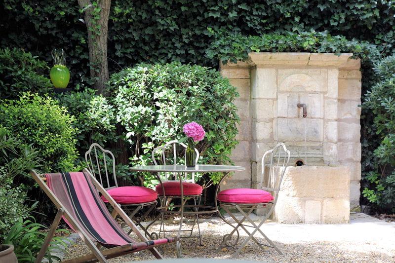 Ambiance f minine et xviiie si cle salon de jardin les for Transat jardin rose