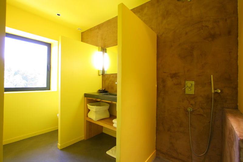 Ambiance chaleureuse aux bains le jaune en d co for Salle de bain jaune et gris
