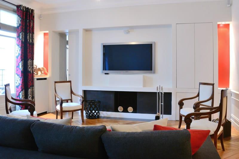 Un coin tv mi classique mi moderne d co intemporelle dans un appartement familial journal for Deco salon classique