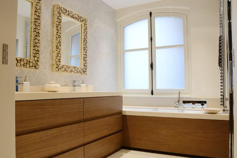 Une salle de bains aux lignes pur es d co intemporelle for Salle bain blanche et bois