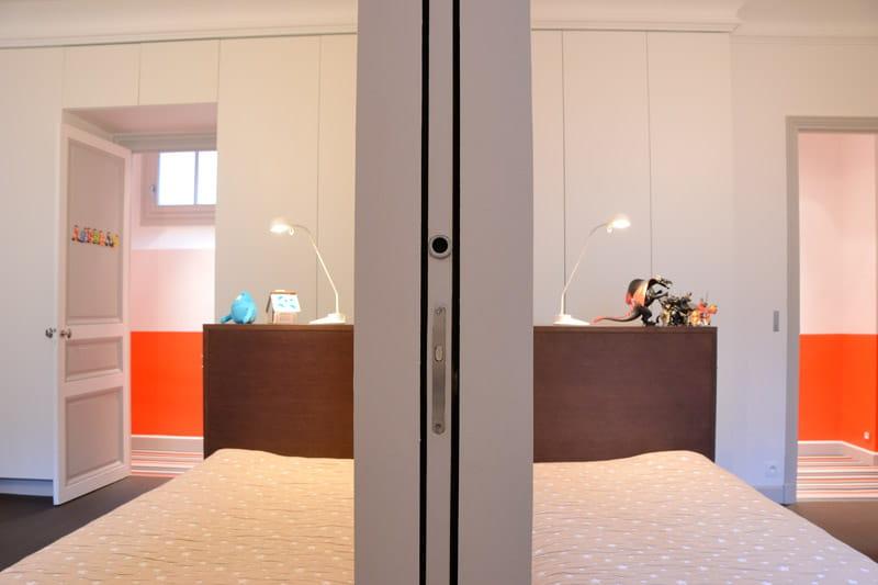pour les gar ons des chambres sym triques d co intemporelle dans un appartement familial. Black Bedroom Furniture Sets. Home Design Ideas