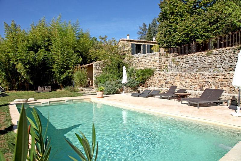 maison en vieilles pierres piscine des exemples de bassins qui font r ver journal des femmes. Black Bedroom Furniture Sets. Home Design Ideas