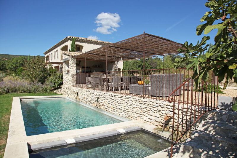 Bassins d 39 eaux claires pour maison en pierres des maisons de r ve avec piscine journal des for Maison pierre moderne