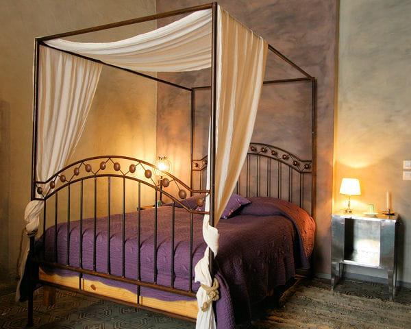 habiller un lit baldaquin que faire avec des draps anciens journal des femmes. Black Bedroom Furniture Sets. Home Design Ideas