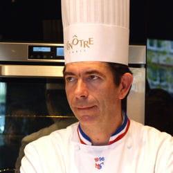 fabrice prochasson donne des cours de cuisine aux amateurs à l'atelier lenôtre.