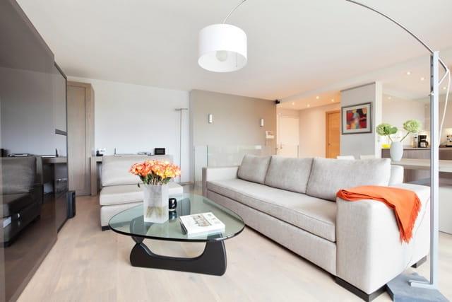 Un salon sobre et raffin un duplex chic et moderne aux for Salon chic et moderne