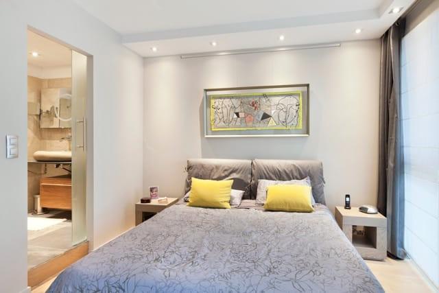 La chambre parentale un joli duo gris et jaune un for Deco chambre parentale moderne