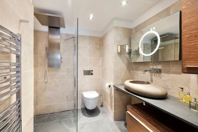 Bois et pierre pour la salle de bains un duplex chic et moderne aux notes acidul es journal for Bois pour salle de bain
