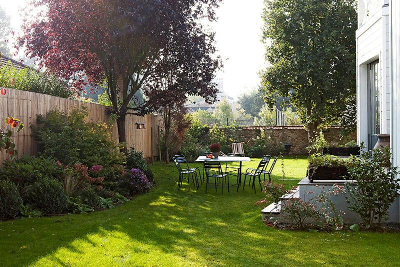 Repas d\'été sous le prunus - Jardin de ville aménagé en terrasses ...