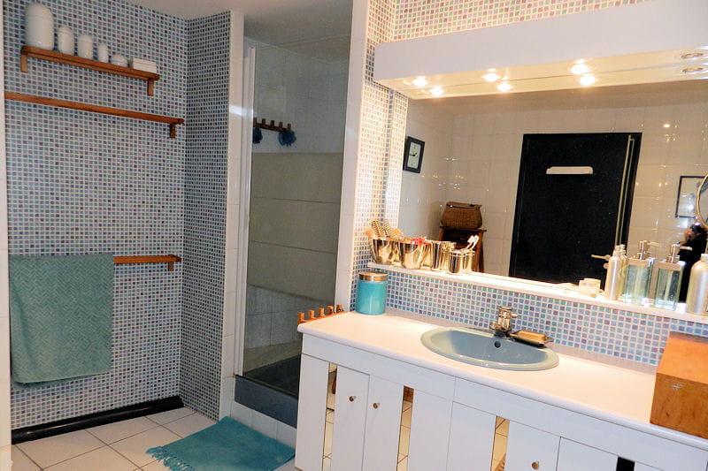 La salle de bains douche visitez la maison d 39 eliane for Baignoire faience bleue