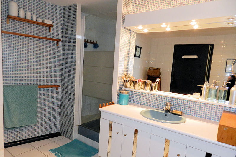 La salle de bains douche visitez la maison d 39 eliane saint brieuc journal des femmes for Salle de bains douche saint paul