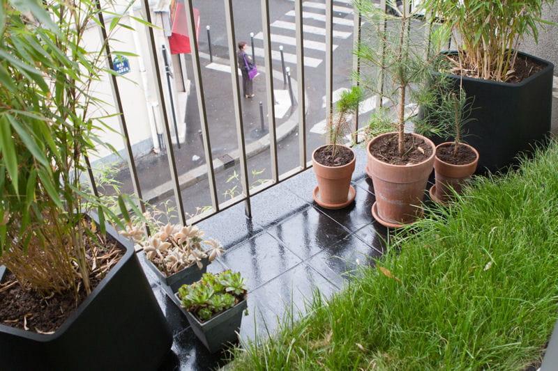 carr de pelouse sur balcon balcon 33 id es d co pour l 39 am nager journal des femmes. Black Bedroom Furniture Sets. Home Design Ideas