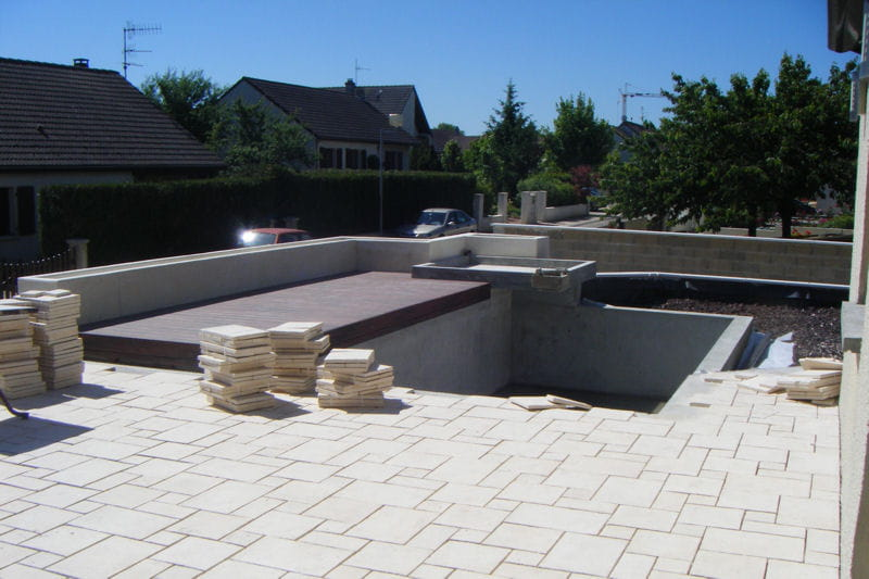 terrasse et bassin contemporains prennent forme une baignade naturelle dans un jardin. Black Bedroom Furniture Sets. Home Design Ideas