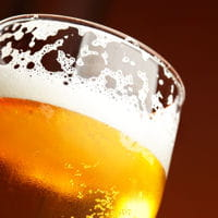 la bière 'pression' a une mousse plus dense que celle en bouteille.