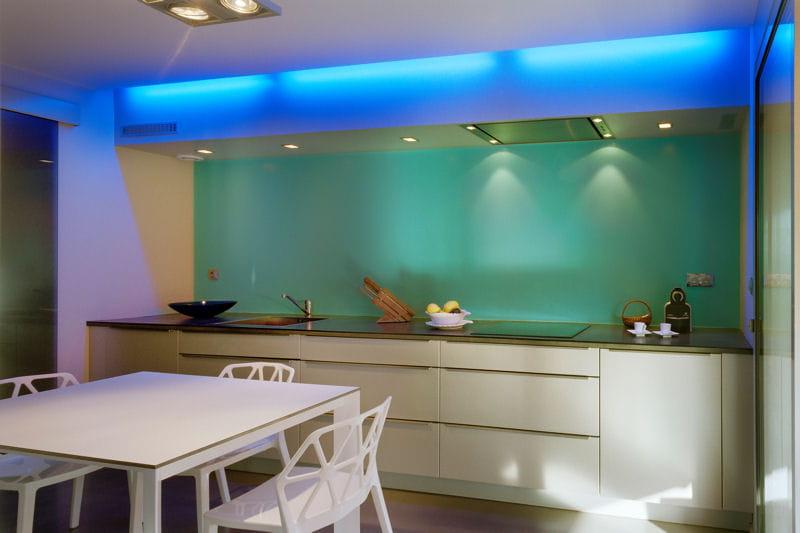 Une cuisine futuriste la lumi re bleue des cuisines for Cuisine futuriste