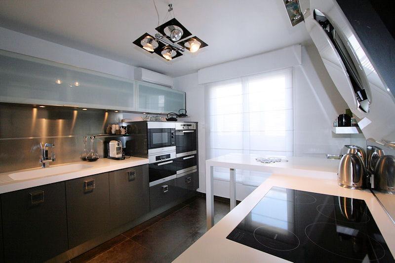 Une cuisine moderne et pur e des cuisines comme on en for Cuisine moderne noir et gris