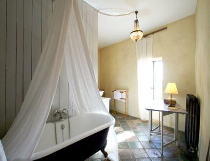 Ajouter un ciel de baignoire relooker sa salle de bains - Repeindre une baignoire ...