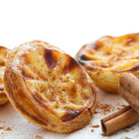 les pastéis de belém sont de petits flans que l'on déguste saupoudrés de