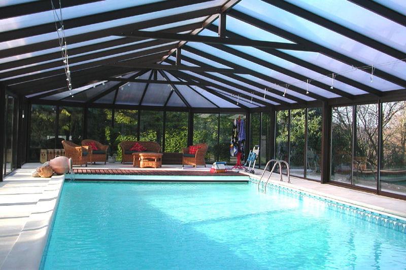 Une piscine ext rieure couverte et chauff e vos for Piscine decoration exterieure