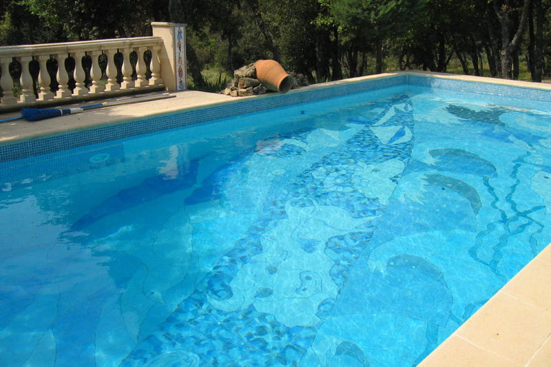 une fresque au fond de la piscine vos magnifiques piscines journal des femmes. Black Bedroom Furniture Sets. Home Design Ideas