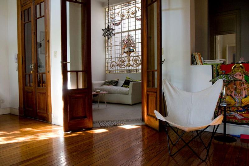 toute la chaleur du bois un appartement r nov avec toit terrasse journal des femmes. Black Bedroom Furniture Sets. Home Design Ideas