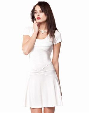 robe blanche moulante la robe blanche sous toutes ses formes journal des femmes. Black Bedroom Furniture Sets. Home Design Ideas