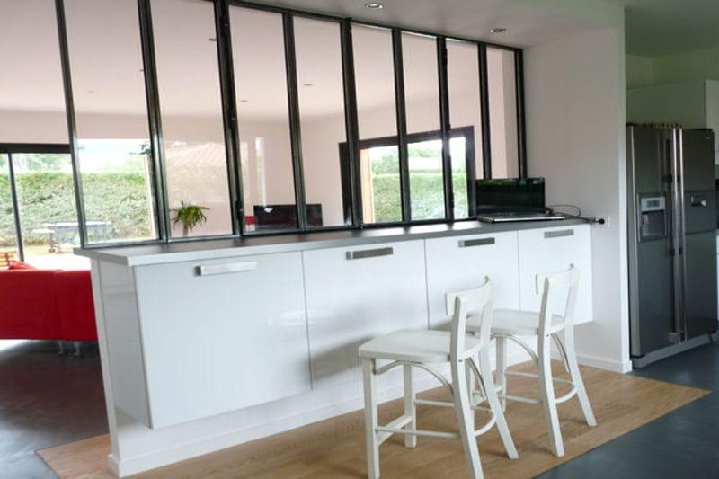 Effet industriel une verri re pour un int rieur ouvert et lumineux journa - Separation vitree entre cuisine et salon ...