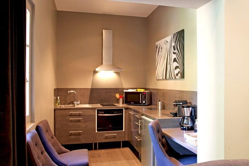 mini cuisine audace et harmonie dans un appartement aixois journal des femmes. Black Bedroom Furniture Sets. Home Design Ideas