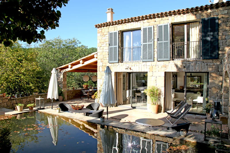 Une maison contemporaine en pierres apparentes maison en - Maison bois et pierre ...