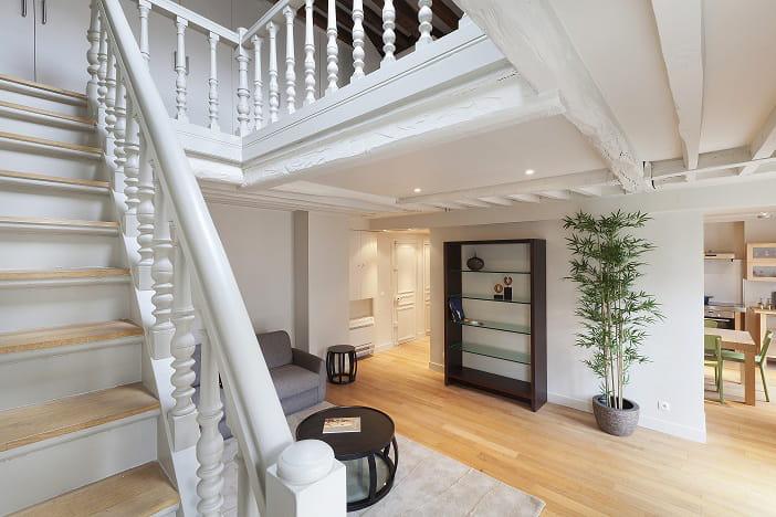 un bel escalier d co parquet et poutres dans un duplex lumineux journal des femmes. Black Bedroom Furniture Sets. Home Design Ideas