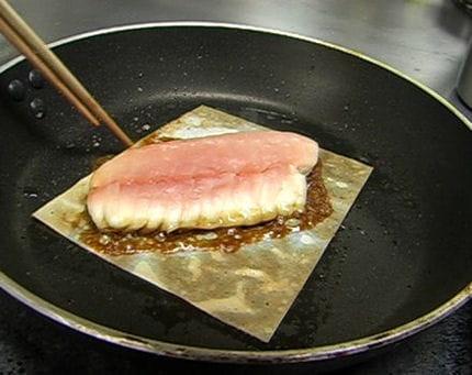 la cuisson du poisson dorade la japonaise par thierry marx journal des femmes. Black Bedroom Furniture Sets. Home Design Ideas