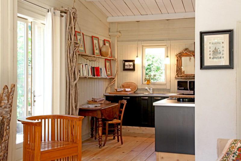 cuisine ouverte une maison cabane dans les alpilles journal des femmes. Black Bedroom Furniture Sets. Home Design Ideas