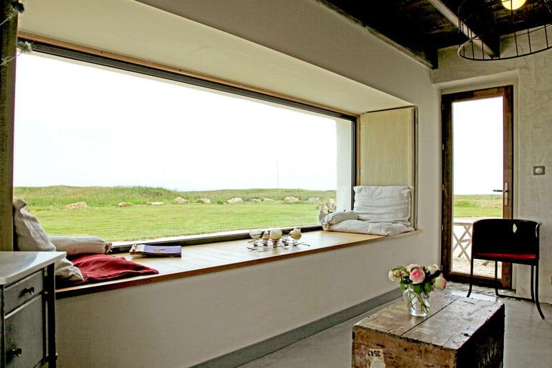 Salon en pleine mer maison de vacances en bord de mer for Fenetre longue cuisine