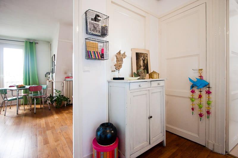 Une entr e coquette un petit appart 39 rempli d 39 objets - Petit appartement aux details vintages ...