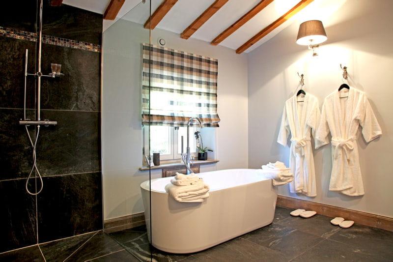 noir d 39 un c t blanc de l 39 autre douche l 39 italienne une pluie de bonnes id es journal. Black Bedroom Furniture Sets. Home Design Ideas