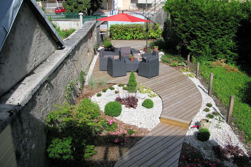 une terrasse en bout de jardin un sentier terrasse dans un jardin de ville journal des femmes. Black Bedroom Furniture Sets. Home Design Ideas