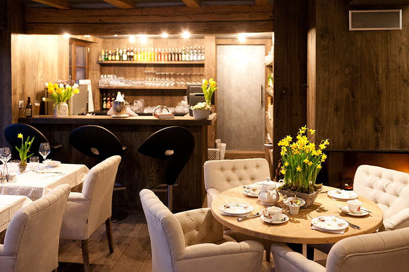 une salle de restaurant intimiste d co authentique et raffin e du c t de chez anne journal. Black Bedroom Furniture Sets. Home Design Ideas