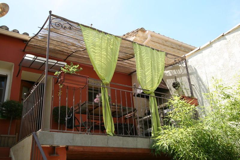 un balcon transform des pergolas au charme discret journal des femmes. Black Bedroom Furniture Sets. Home Design Ideas