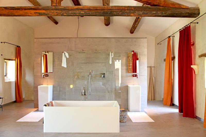 Salle de bains th trale modernit de style derri re la for Derriere la salle de bain