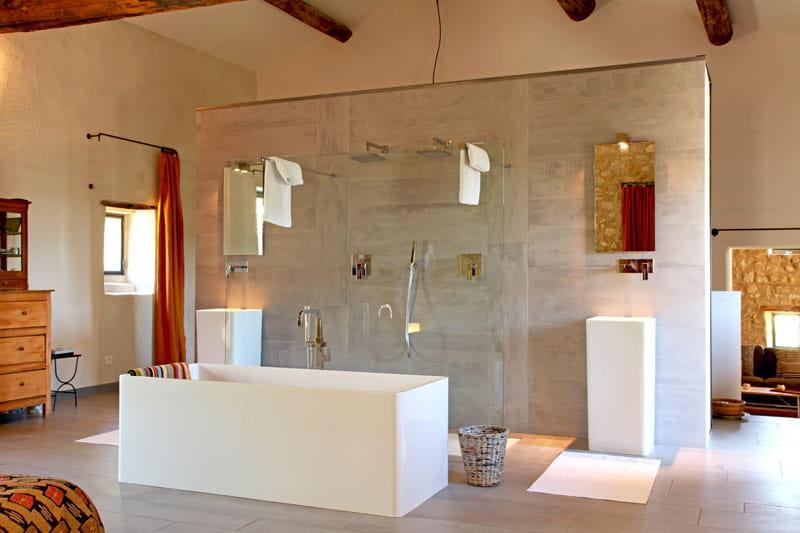 Maison moderne deplainpied for Salle de bain ouverte sur dressing