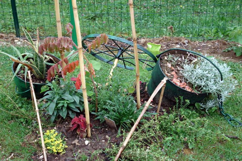Art de la r cup au jardin pots de fleurs d tourn s pour un for Au jardin de la nymphe bleue